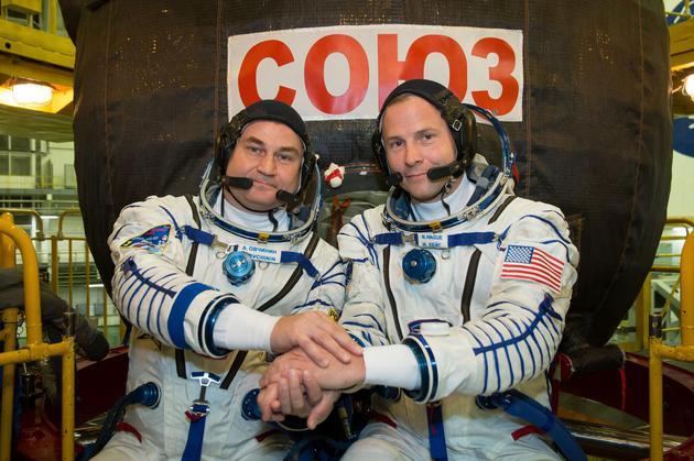 9月26日在发射前训练中,美国宇航员尼克_黑格(Nick Hague)和俄罗斯宇航员阿列克谢_奥夫奇宁(Aleksey Ovchinin)在联盟MS-10火箭前合影。