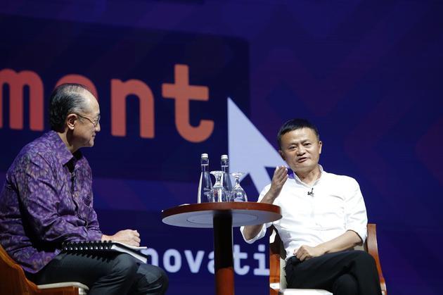 """(圖說:世界銀行行長金墉和阿里巴巴董事局主席馬雲進行""""數字平臺和創新如何改變發展中國家未來""""的對話)"""