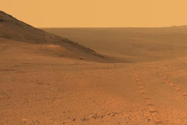 2017年6月,美国宇航局机遇号火星车在奋进陨坑边缘拍摄的照片。