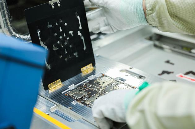 工厂正组装iQOO手机