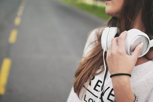 天天离不开耳机?50%年轻人有耳背风险 还容易痴呆听力损失痴呆症