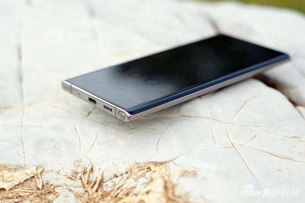 玻璃,金屬,再到玻璃,這也是最能體現三星手機做工的地方