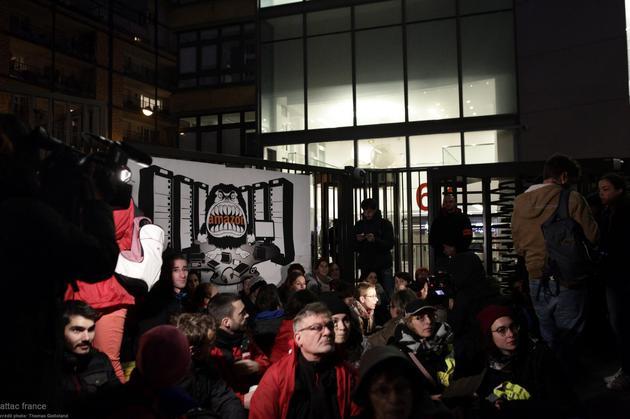 """""""黑五""""当天 巴黎示威者围堵亚马逊"""