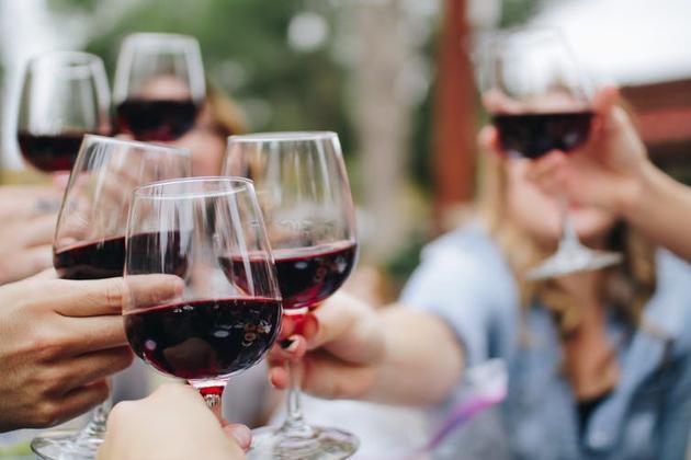 在澳大利亚,每年大约有6000人死于酒精中毒,同时,大约每天有400人因酒精饮用过度住院治疗。