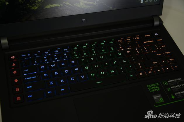 1600万色四分区背光键盘