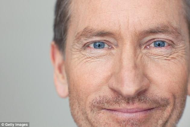 加拿大西安大略大学与美国迈阿密大学的研究人员发现,如果眼周长有皱纹,在微笑和皱眉时便会被人认为更加真诚。