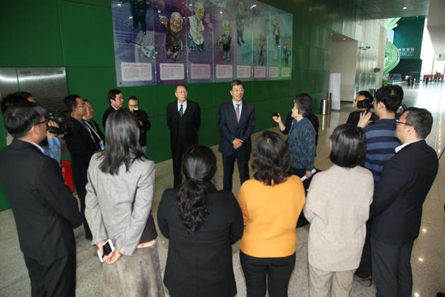 """怀进鹏还在会上为""""中国自然科学博物馆学会科学技术奖(贡献奖)""""获奖代表颁奖,并在会间接见一线科技工作者代表。"""