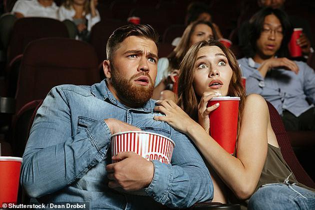 为了?#33322;?#24656;怖或暴力电影带来的压力和紧张,人们往往会在观影时吃掉更多的零食。