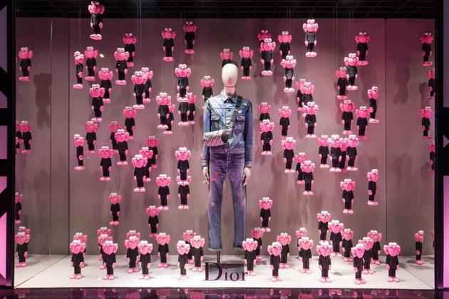 北京SKP櫥窗展示的Dior×KAWS 聯名款。圖片來源/品牌供圖