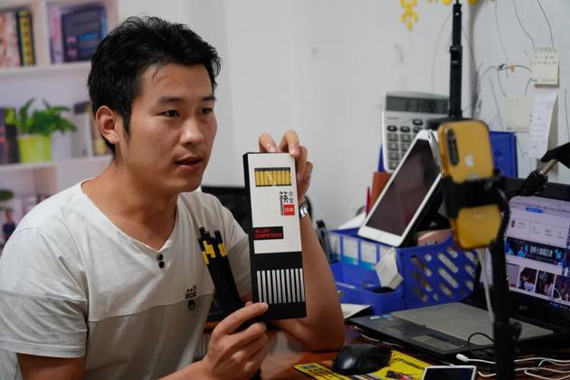 卢新源在直播中展示商品。