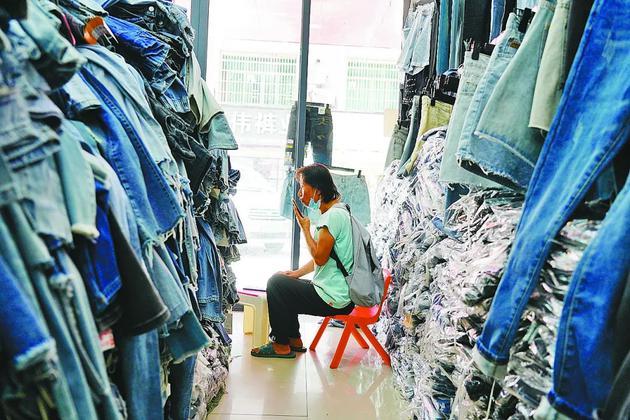 英姐正在寻找3元一条的牛仔裤。