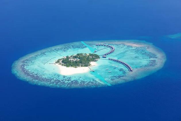 珊瑚环绕着一处马尔代夫的泻湖