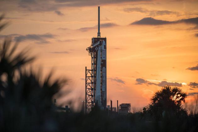 本次发射原定4月22日。<BR>   后由于气象推迟了一天。<BR>   这是4月22日屹立在肯尼迪航天中间发射台上的猎鹰火箭与载人龙飞船。