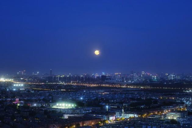 今年首次超级月亮照亮夜空:平均13-14个月才有一次