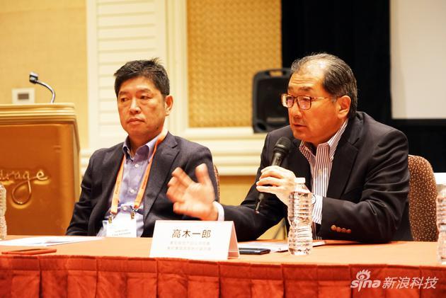 索尼(中国)有限公司董事长兼总裁,索尼集团高级副总裁高桥 洋(左)和索尼视觉产品公司总裁,索尼集团高级执行副总裁高木 一郎(右)
