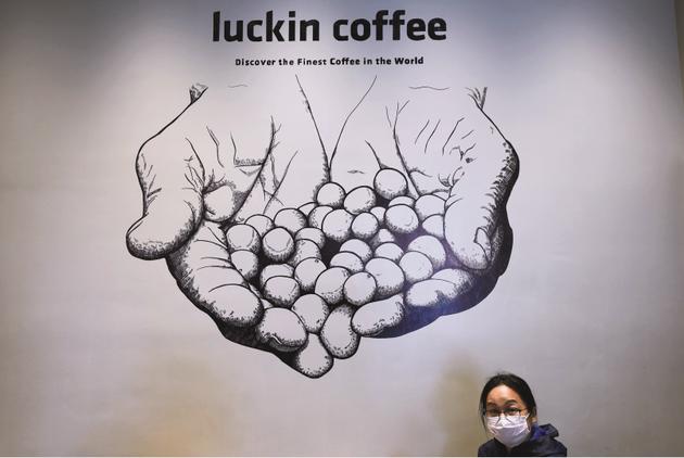 4月3日,浙江杭州一家瑞幸咖啡门店内的宣传画。图/人民视觉