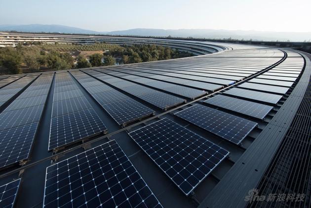 苹果新总部采用多种来源的100%可再生能源供电,包括设施内的17兆瓦屋顶太阳能装置和4兆瓦沼气燃料电池。甚至还可以在用电低谷期间将可再生能源回送给公共电网。