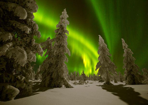 太阳风暴和分点裂缝的结合,意味着世界各地出现北极光的可能性也会增加。