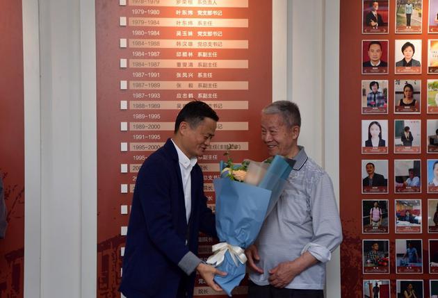 马云特意赶去外语学院,向当时的班主任和老师献花,以表达对母校和老师的感恩