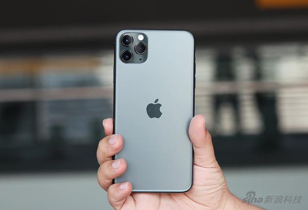 摄像头变大了,苹果logo移到了中间以保持视觉和谐
