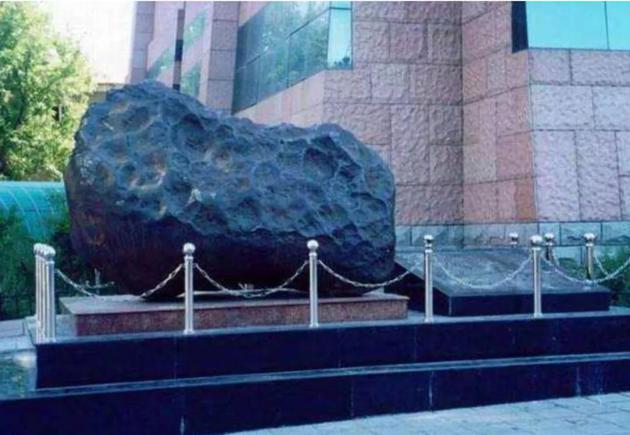 1976年吉林陨石雨事件中搜集到的陨石总重约2吨,搜寻陨石,研究陨石,是我们国家地外研究的起点,图中陨石展出于吉林市博物馆图/科普中国