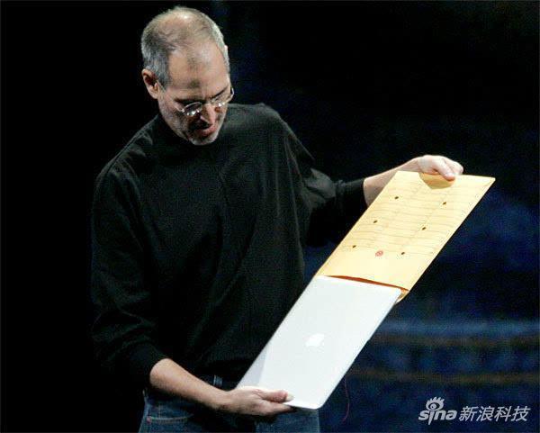 乔布斯从信封里拿出第一代Macbook Air