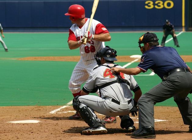 人们可能在棒球比赛或者网球比赛中经常看到获胜的球员是左撇子。