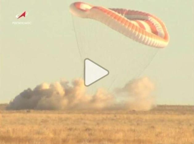 """俄罗斯航天局电视画面,可以看到紧急着陆的""""联盟""""飞船掀起一大片尘土"""