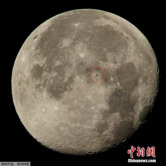 资料图:NASA发布载有6人的国际空间飞越月球表面的图片。