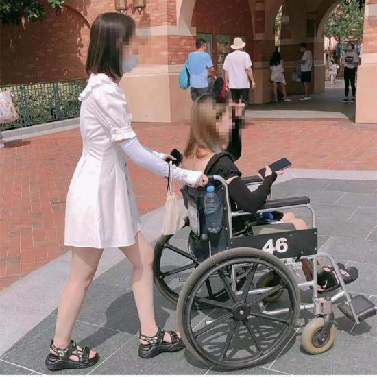 手脚正常年轻人租轮椅逛迪士尼,只因懒得走路?