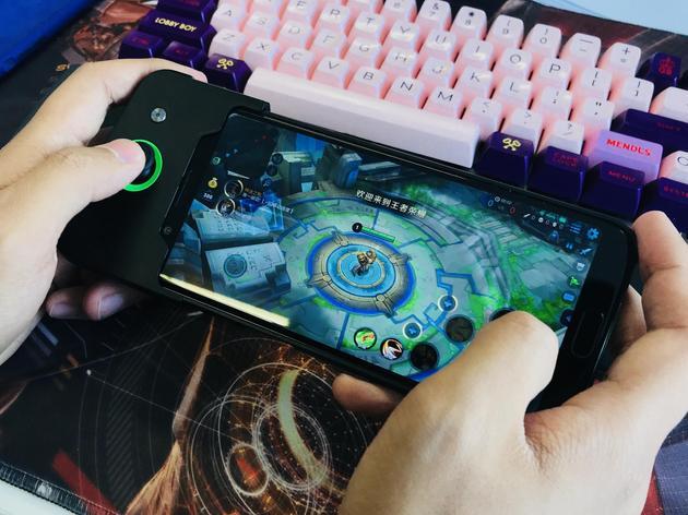 """黑鲨游戏手机""""全副武装后""""玩《王者荣耀》"""