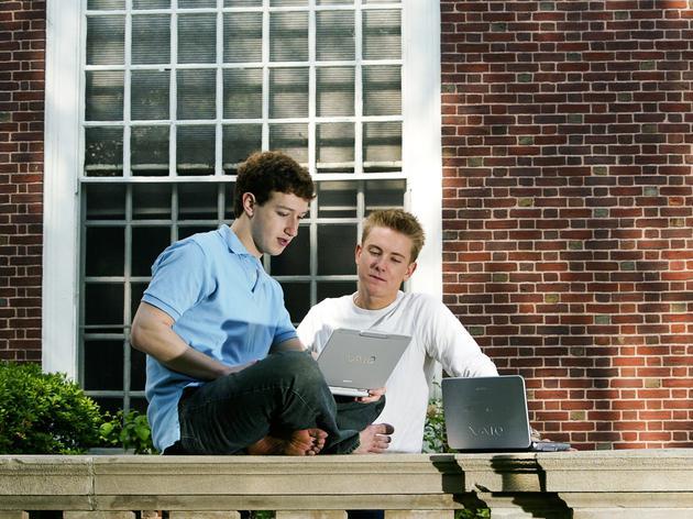 2004年5月,扎克伯格和克里斯·休斯(Chris Hughes)在哈佛大学艾略特楼(Eliot House)前。扎克伯格在Facebook发展初期找来了哈佛同学休斯,并从休斯那里获得对刚起步的社交网络服务的意见。