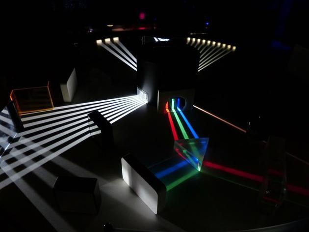 在光学环形谐振器内部,光既失去了时间反演对称性,其偏振也发生改变。