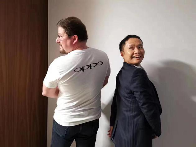高通总裁阿蒙身着OPPO纪念衫。