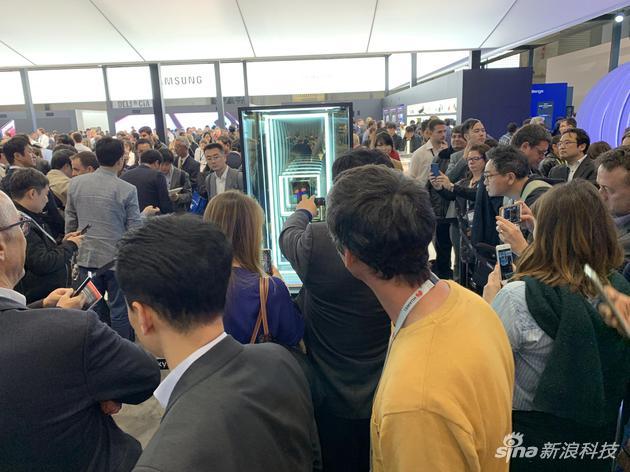 三星展台展示折叠屏手机Galaxy Fold