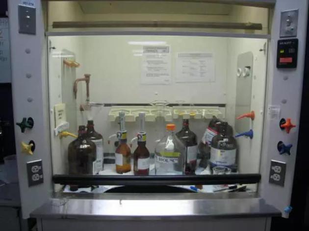 通风柜作用之一在于抽走刺鼻的化学品蒸气。图片来源:Hey Paul