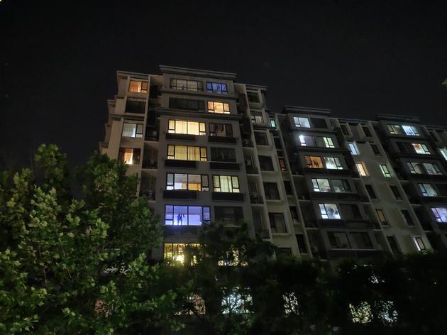 超级夜景2.0模式下样张,画面整体亮度提升,窗户曝光得到抑制