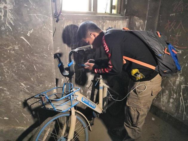 运维人员在楼道里找到单车