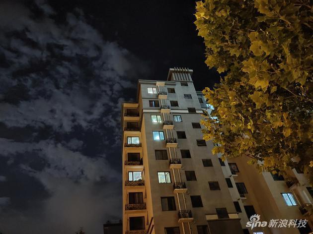夜晚即便不开启超级夜景画面亮度和高光抑制也做得不错