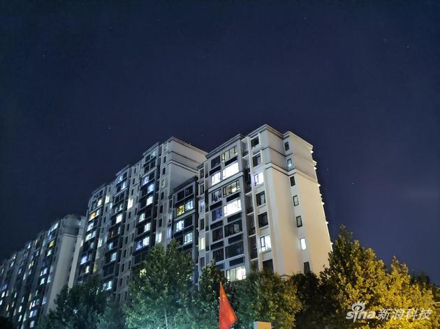 极夜模式下的夜景,天空星辰清晰可见,窗口依然过曝