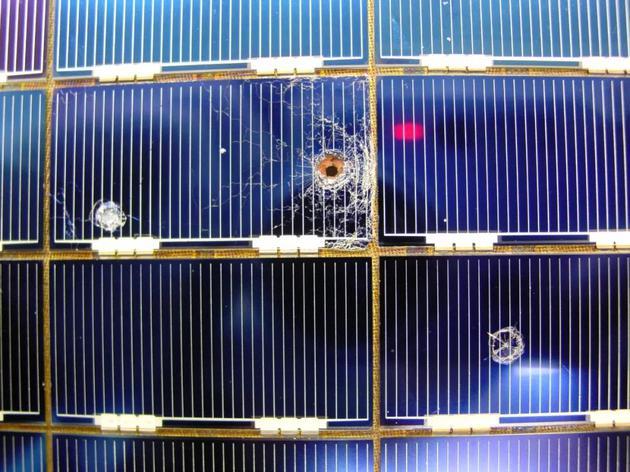 0.5毫米的微流星体撞击在哈勃望远镜的太阳能电池板阵列上造成的直径4毫米的弹坑。