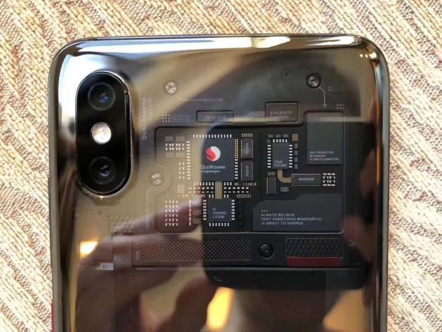 小米8探索版的透明后壳。来源:被访者供图