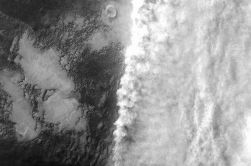 """欧空局""""火星快车""""拍摄的火星沙尘暴 图片来源:SA/Roscosmos"""