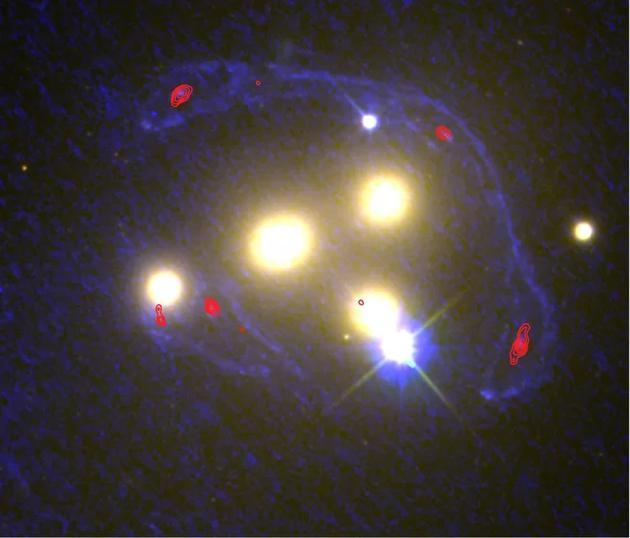图中显示艾贝尔3827星系团中的四个中心星系,蓝色区域是哈勃太空望远镜观测的紫外线部分,红色区域是ALMA望远镜观测的红外线部分。在这些波长范围内,科学家可以确定星系团背景星系在多大程度上被正常物质和暗物质扭曲。