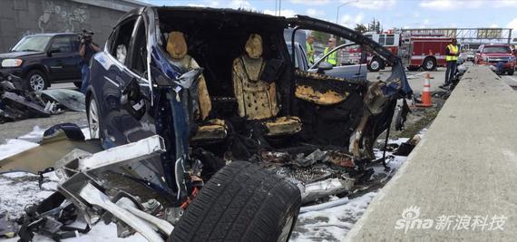 一辆特斯拉Model X发生车祸。