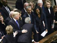 父亲葬礼上:小布什给奥巴马夫人糖?