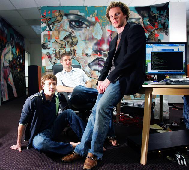 2005年5月,扎克伯格(左)、莫斯科维茨(中)和帕克(右)在Facebook的办公室