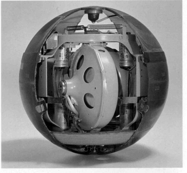 1926年爱因斯坦合作发明的陀螺仪,后来在军?#36335;?#26426;上使用。