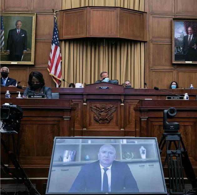 圖:貝索斯在國會上前遠程作證