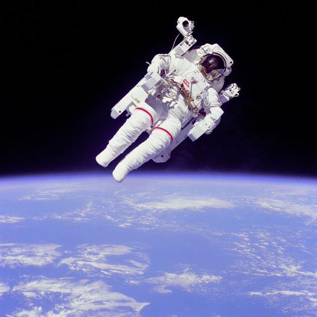 图为美国宇航员布鲁斯•麦坎德利斯二世1984年拍摄的照片。